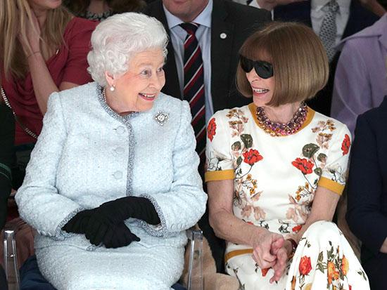 """אנה וינטור, עורכת """"ווג"""" וחברתו הטובה של פדרר, יושבת לצד המלכה אליזבת' / צילום: רויטרס - Yui Mok"""