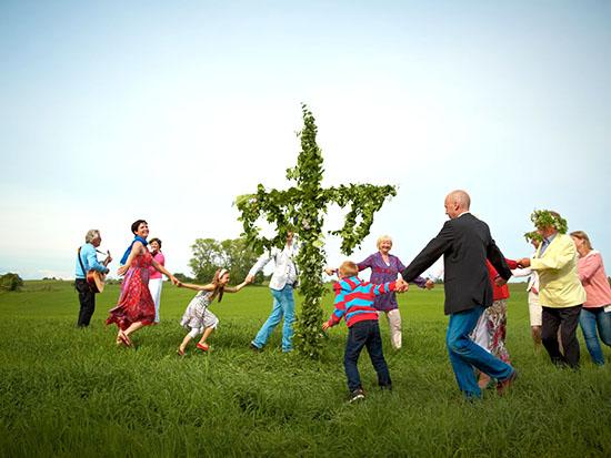 יוצאים אל האחו. שוודיה, רוקדים סביב העמוד או הצלב המקושטים בפרחים /  צילום: Image bank of Sweden