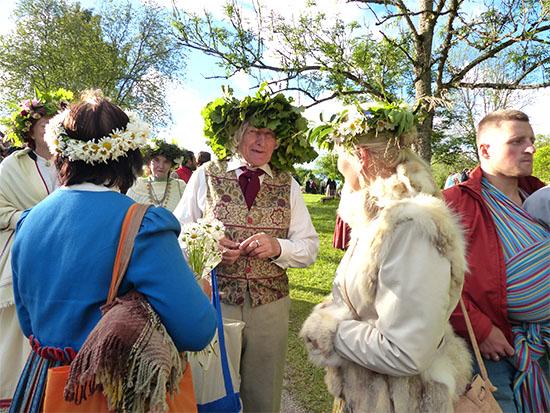 לטביה. לנשים פרחים מהאחו, לגברים ענפים ועלים של עץ אלון, סמל לכוח ולגבריות /  צילום: גילי מצא