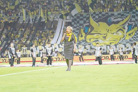 מרים פיירברג חונכת את האצטדיון בנתניה / צילום: שלומי יוסף