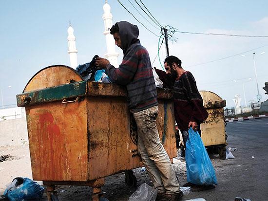 פלסטינים מחטטים בזבל ברצועה. המצב החמיר בשנה האחרונה / צילום: Gettyimages ישראל -  Spencer Platt