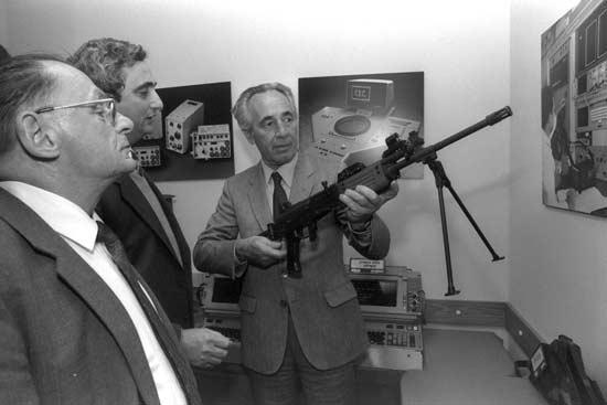 ראש הממשלה שמעון פרס בביקור באלביט 1984 / הרמן חנניה מילנר לעמ