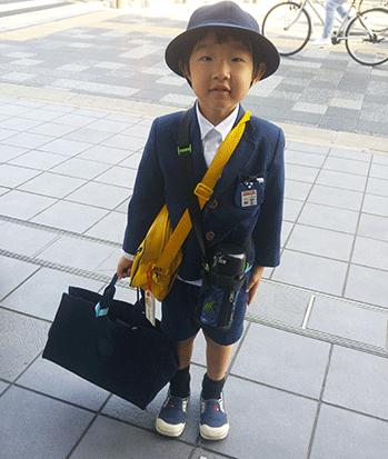 ילד במדי בית ספר / צילום: אביבה גנצר