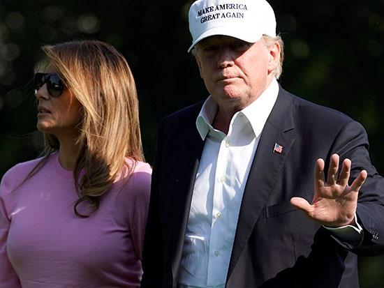 """טראמפ חובש את כובע """"לעשות את אמריקה שוב גדולה"""" / צילום: רויטרס - Joshua Roberts"""