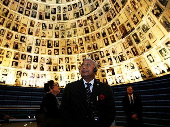 ראש ממשלת פיג'י גנרל באיינימארה בביקור ביד ושם / צילום: רויטרס -  Ronen Zvulun