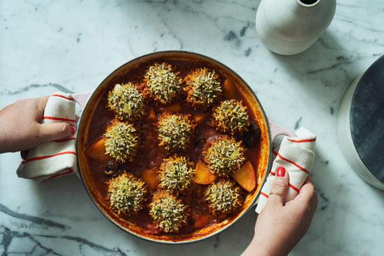 הכנת קיפודי בשר ברוטב עגבניות/ צילום : אמיר מנחם