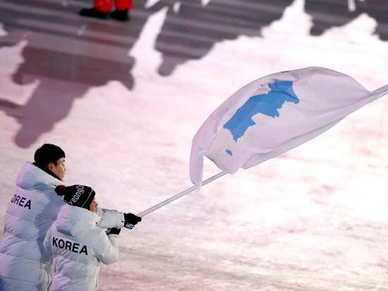 הדגל המשותף בטקס הפתיחה / צילום: רויטרס, Phil Noble