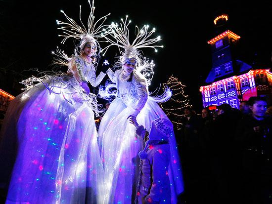 עיר לובשת אור, שמלות מוארות מגרמניה / צילום: יותם יעקבסון