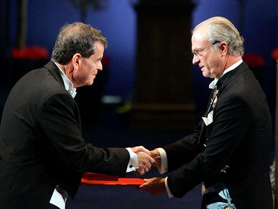 אהרן צ'חנובר במעמד קבלת פרס נובל ממלך שבדיה / צילום: רויטרס - Wolfgang Rattay,