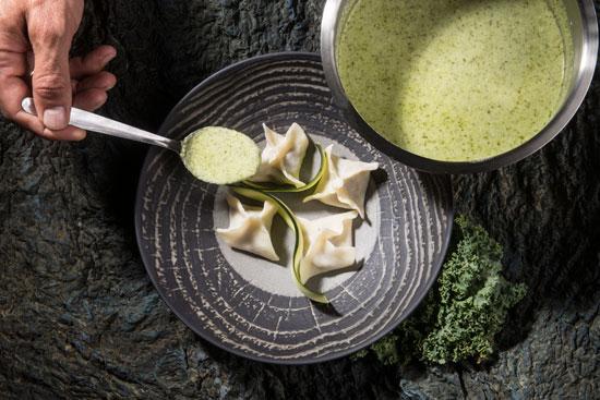 מנטי טלה ומנטה, קציפת יוגורט כוסברה וירקות ירוקים1/ צילום: איליה מלניקוב