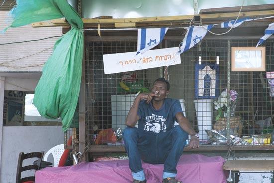 מהגר מאפריקה בדרום תל אביב / צילום: שלומי יוסף
