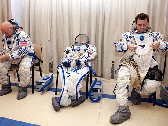 האסטרונאוט סקוט קלי (משמאל) והקוסמונאוט אולג קריפוצ'קה / צילום: רויטרס - Sergei Remezov