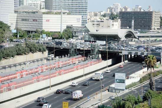 עומס תנועה בכניסה לתל אביב / צילום: איל יצהר