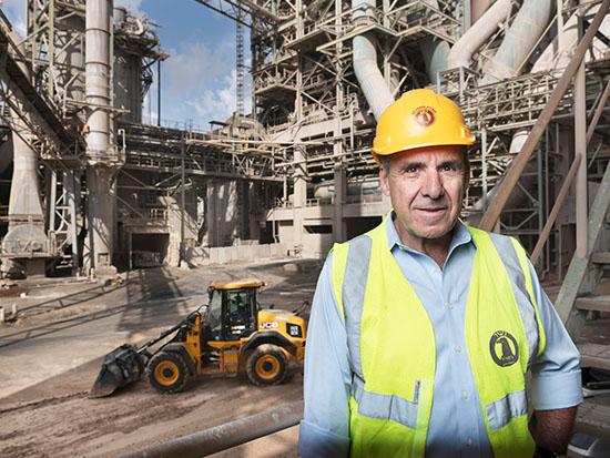 קפלינסקי על רקע מפעל נשר / צילום: יונתן בלום