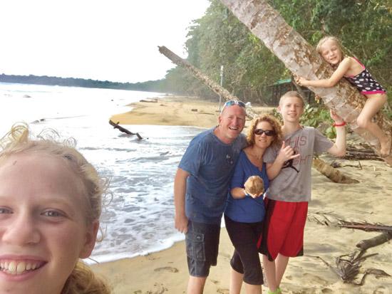 עמית ניסנבאום והמשפחה בקוסטה ריקה / צילום: אלבום פרטי