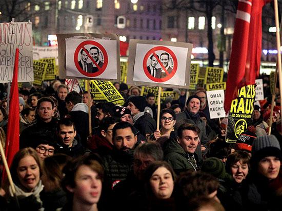 הפגנה בווינה נגד קורץ ושטראכה / צילום: רויטרס - Heinz-Peter Bader