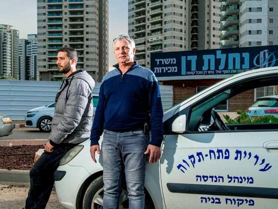 המפקח אלי לוי וקולגה בפתח תקווה / צילום: רפי קוץ