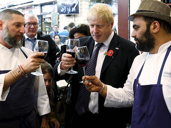 בוריס ג'ונסון, לשעבר ראש עיריית לונדון, במסעדת מחניודה בירושלים / צילום: רויטרס - רונן זבולון