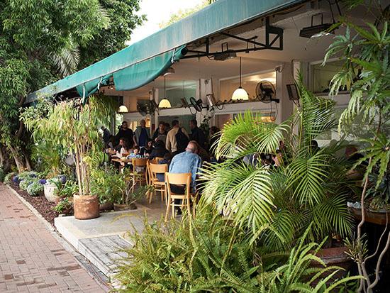 """בית הקפה """"רביבה וסיליה"""" ברמת השרון / צילום: markus bertschi"""