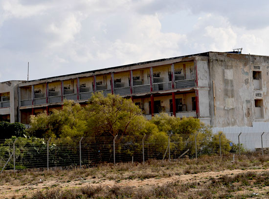 בניין נטוש בשבי ציון / צילום: איל יצהר