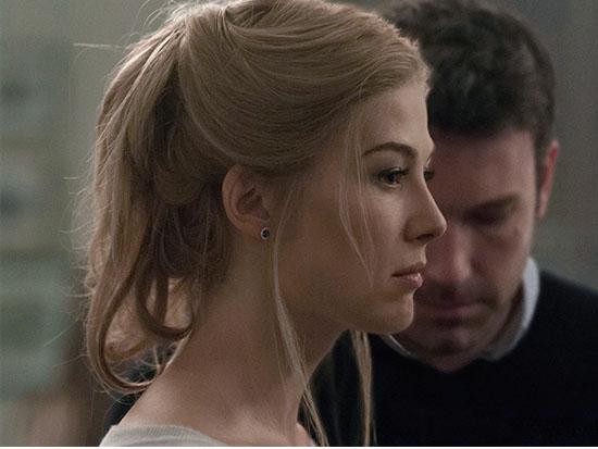 """השחקנית רוזמונד פייק בסרט """"נעלמת"""" (ברקע: בן אפלק) / צילום: באדיבות yes"""
