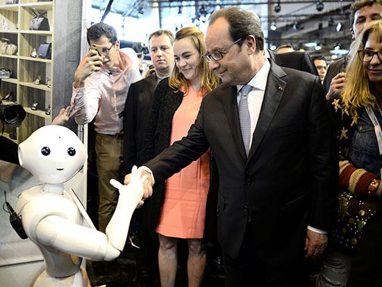 רובוט של IBM עם נשיא צרפת לשעבר הולנד / צילום: רויטרס- Stephane de Sakutin