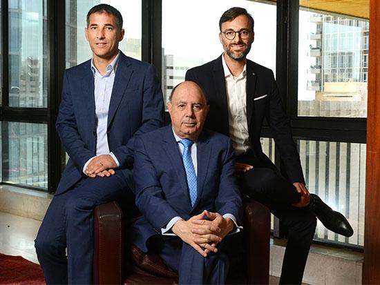 עם עורכי הדין ליאור פורת (משמאל) וכפיר ידגר / צילום: איל יצהר