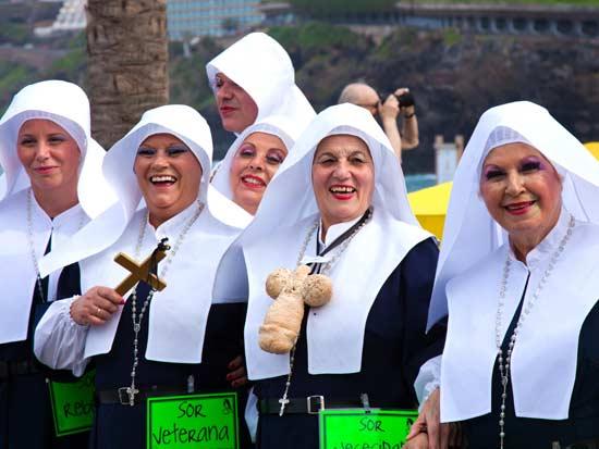 נזירות מחופשות בתהלוכת הלוויה של הסרדין / צילום: רויטרס