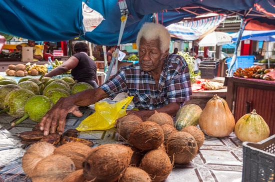 דוכן בשוק בעיר ויקטוריה באי מאהה/ צילום:  Shutterstock | א.ס.א.פ קריאייטיב
