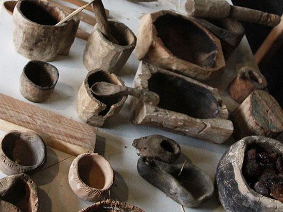 """סדנת כלים בנוסח האדם הקדמון ב""""סדנאות של פעם"""" של עופר אבל ממצפה הילה / צילום: אורלי גנוסר"""