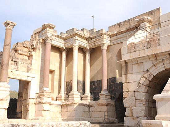 ישן וחדש בבית שאן, שרידים בעיר הרומית / צילום: יותם יעקבסון