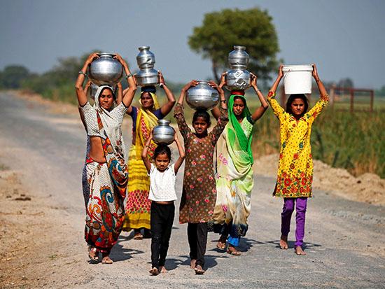 """נשים בהודו. """"שיפור איכות המים מחזק את הנשים."""" / צילום: רויטרס - Amit Dave"""