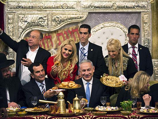 בני הזוג נתניהו בחגיגות המימונה ב־2015 / צילום: רויטרס - Amir Cohen