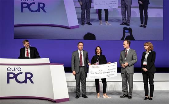 """סיגל אלי וד""""ר גיורא וייס, מייסדי פילטרלקס מדיקל, בעת קבלת הפרס בכנס EuroPCR / צילום: EuroPCR, יח""""צ"""