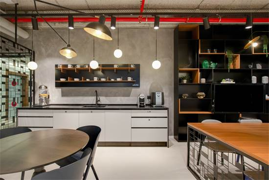שימוש של כמה שוכרים במטבחון משותף ושאר שירותים מקטינה עלויות/צילום: Meero