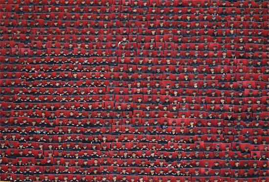 כוחות צבא מקסיקו אוחזים בשלטים צבעוניים במהלך צעדה לרגל יום העצמאות שהתקיימה בבירה מקסיקו סיטי, ספטמבר 2013 / צילום: Edgard Garrido, רויטרס