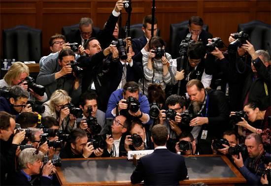 מייסד פייסבוק מארק צוקרברג מוקף באנשי תקשורת בהגיעו לשימוע בסנאט בעניין השימוש במידע על משתמשים, אפריל 2018 / צילום: Leah Millis, רויטרס