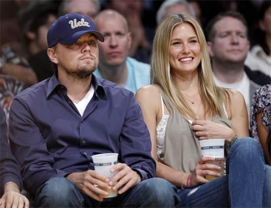 בר רפאלי וליאונרדו דיקפריו במשחק של הלייקרס ב-2010 / צילום: לוסי ניקולסון, רויטרס