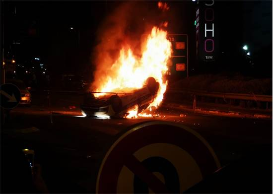 רכב עולה באש בהפגנות יוצאי אתיופיה/ קרדיט צילום: דוברות המשטרה.