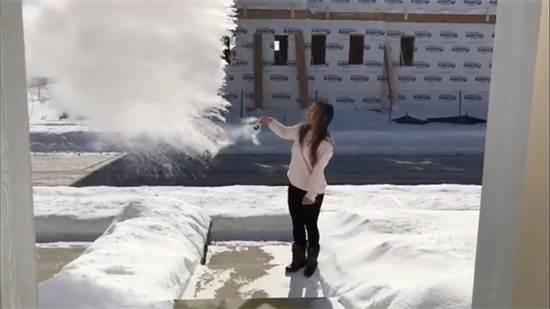 גל הקור בשיקגו: מים רותחים הופכים לקרח /  Mandatory credit @melissa_takes_fashion/via REUTERS
