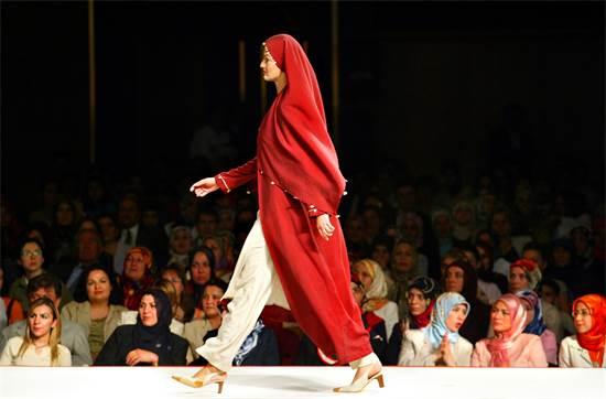 דוגמנית בעבאיה אופנתית / צילום: רויטרס