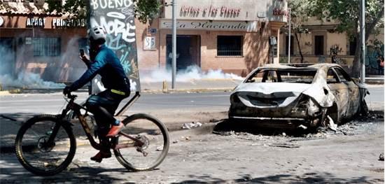 רכב שרוף בהפגנות בצ'ילה / צילום: שני אשכנזי, גלובס