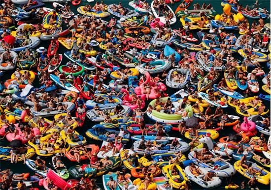 מאות שוויצרים מתרעננים באגם לוצרן בעיצומו של קיץ חריג מבחינת טמפרטורות ויובש שפקד את אירופה, אוגוסט 2018 / צילום: Denis Balibouse, רויטרס