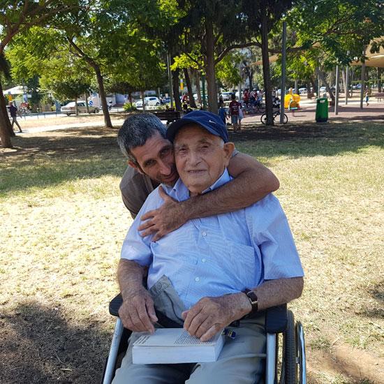רני גבע עם סבא שלו, עוזיאל ליכטנברג / צילום: רני גבע