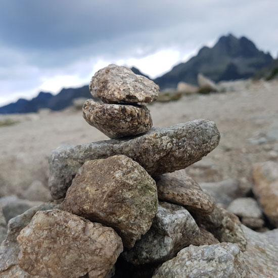 גלעד אבנים לכבוד סבא וסבתא/ צילום: רני גבע