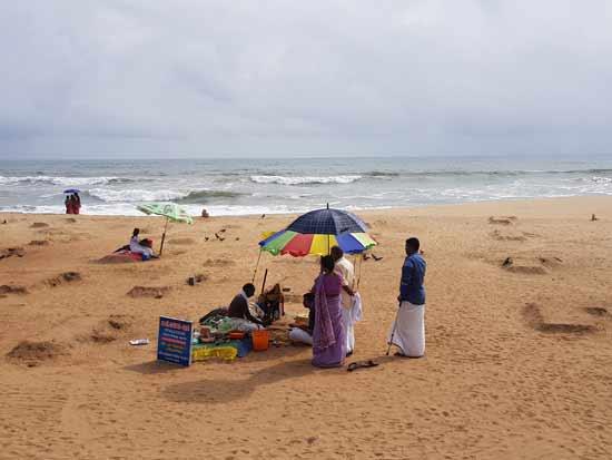 עמדת התפילות של כוהני הדת על החוף/ צילום: אורלי גנוסר
