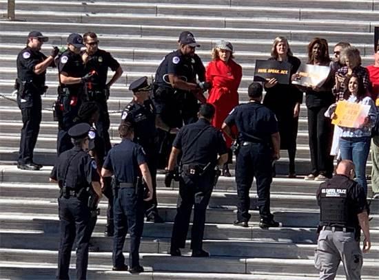 ג'יין פונדה מובלת על ידי משטרת הקפיטול לאחר בהפגנות משבר האקלים / צילום: רויטרס