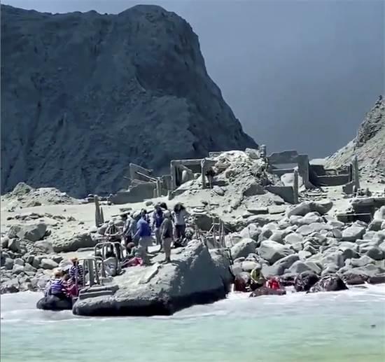 פינוי בהתפרצות הר הגעש בניו זילנד / צילום: @SCH, רויטרס