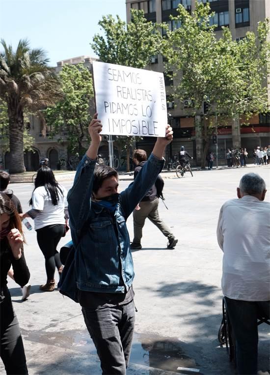 מפגין בצ'ילה / צילום: שני אשכנזי, גלובס