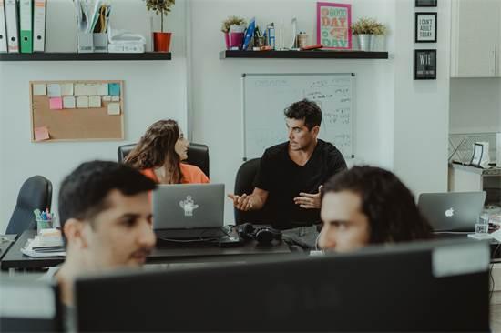 רודריגו גונזלס וצוות VEO (מימין). להפיק יום צילום מתוך חשיבה אסטרטגית ארוכת טווח / צילום: מור חטואל